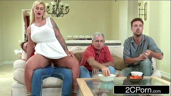 Mãe e filho fodendo enquanto pai assiste jogo de futebol
