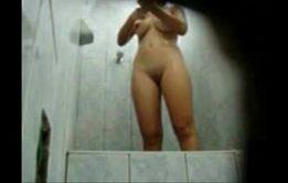 Novinha gravando ela no banho
