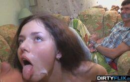 Comendo o cuzinho da novinha e gozando na boca dela
