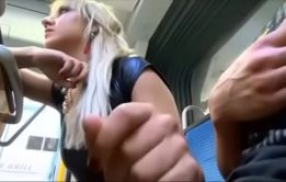 Flagra jovens transando dentro do ônibus público