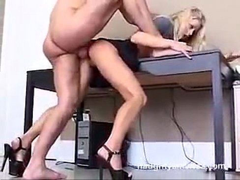 Sexo forte metendo na pepeca da loira gostosa