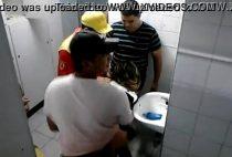 Novinha sendo arrombada no banheiro na festinha brasileira