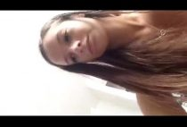Novinha brasileira se masturbando enfiando escoda de dentes na buceta