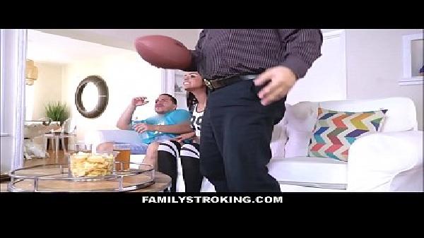 """Assistindo futebol um pai e seu filho come a buceta da novinha """"filha/irmã"""""""