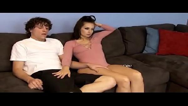 Morena novinha transando com seu irmão na sala assistindo TV