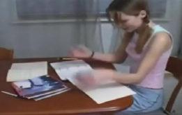 Foi ajudar a irmazinha a estuda para a prova e acabou transando com ela