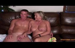 Mãe gostosa fodendo com seu filho tímido em videos incesto