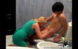 Porno mamae e filho fudendo dentro do banheiro em incesto real