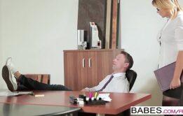 Coroa gostosa foi transar com seu filho no escritório