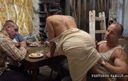 Irmãos dotados comendo cu da irmã gostosa no xxxvideo
